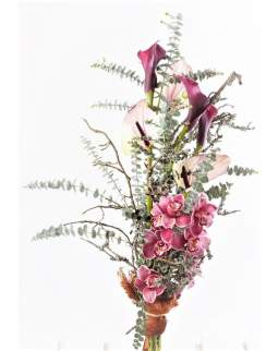 Kylančios formos gėlių puokštė su orchidėjomis