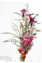 Kylančios formos gėlių puokštė su orchidejomis