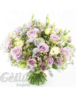 Alyvinių ir gelsvų spalvų gėlių puokštė
