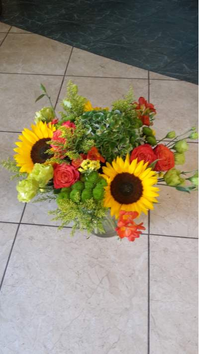 Vasariška gėlių puokštė su saulėgrąžomis, eustomomis ir hortenzija