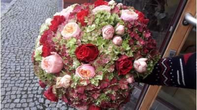 Su hortenzijomis ir rožėmis