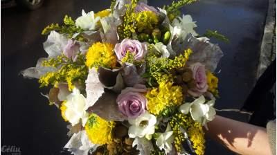 Vėdrynai, frezijos, rožės, solidagas