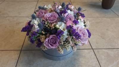 Alyvinių ir violetinių spalvų gėlių dėžutė