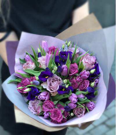Violetinių spalvų puokštė su rožėmis ir tulpėmis