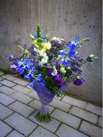 Vasariška gėlių puokštė su nigelomis