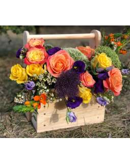 Žaisminga gėlių kompozicija medinėje rankų darbo dėžutėje