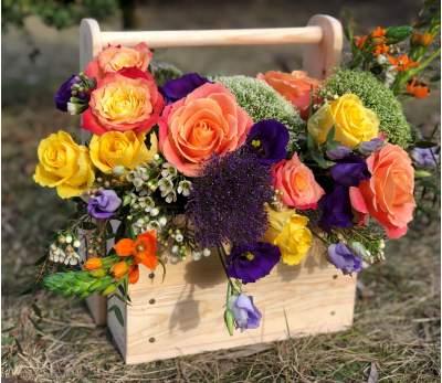 Gėlių kompozicija medinėje dėžutėje