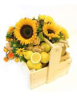 Gėlių  kompozicija medinėje dėžutėje su citrinomis ir medumi