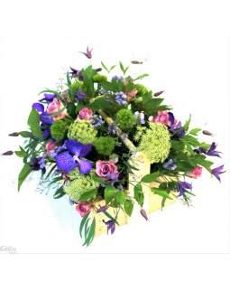 Organiška gėlių kompozicija rankų darbo dėžutėje