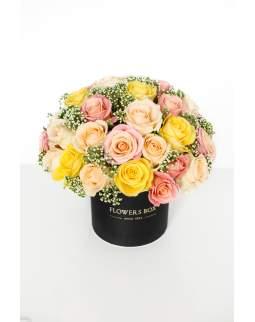 Rožių kompozicija gėlių dėžutėje