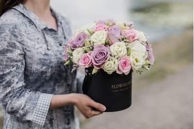 Švelnių spalvų kompozicija gėlių dėžutėje