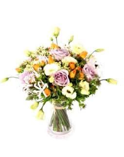 Pastelinių spalvų puokštė su rožėmis ir eustomomis
