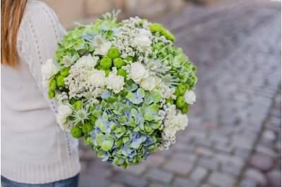 Vasariška gėlių puokštė su matijolomis, eustomomis ir rožėmis