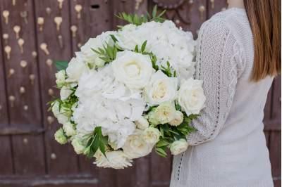 Gėlių puokštė su baltomis hortenzijomis ir rožėmis