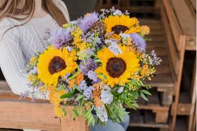 Vasariška gėlių puokštė su saulėgrąžomis
