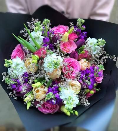 Gėlių puokštė su matijolomis
