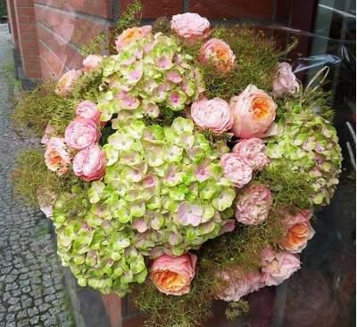 Hortenzijų ir rožių puokštė