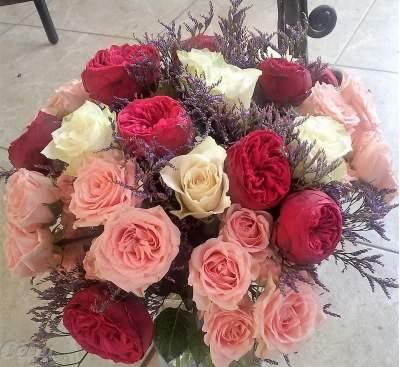Puokštė su bijūninėmis rožėmis