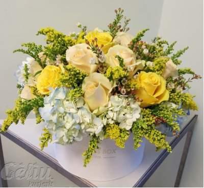 Gėlių dėžutė su šviesiomis gėlėmis