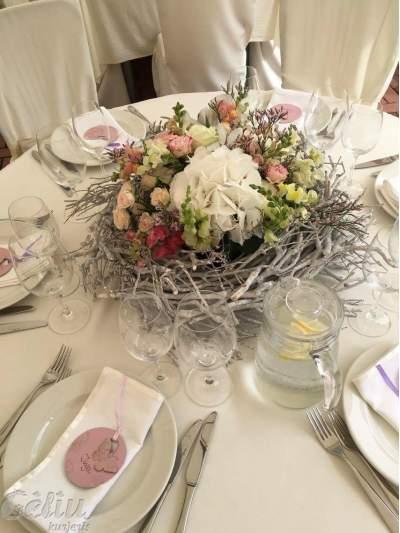 Gėlių kompozicija ant stalo