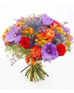 Ryškių spalvų gėlių puokštė su orchidėjomis