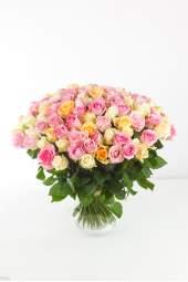100 įvairių pastelinių spalvų rožių puokštė