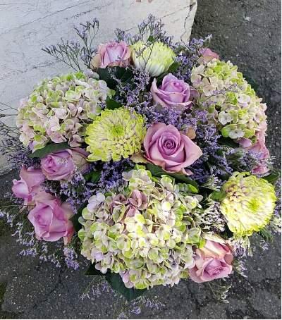 Šaltų spalvų gėlių puokštė