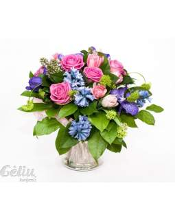 Gėlių puokštė su orchidejomis, hiacintais, rožėmis ir tulpėmis