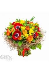 Šiltų spalvų pavasariška puokštė