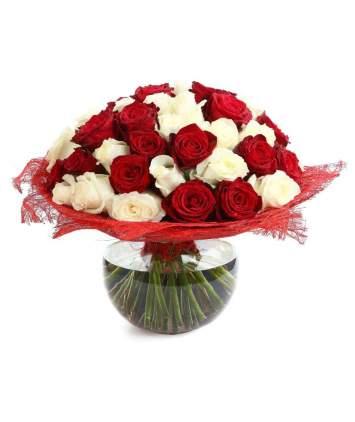 Baltų ir bordo rožių puokštė