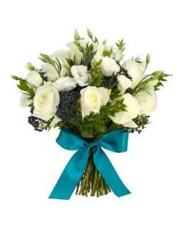 Baltų rožių ir eustomų puokštė