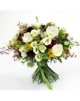 Šviesi lauko gėlių puokštė su rožėmis