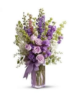 Gėlių puokštė su delfiniumais, matijolomis ir alyvinėmis rožėmis