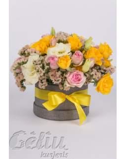Geltonų ir rožinių spalvų gėlių dėžutė
